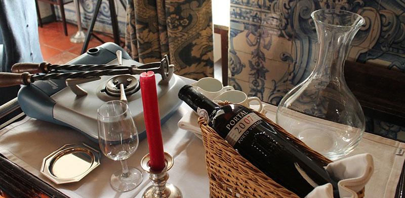 O ritual de abrir garrafas de vinho do porto a fogo com tenaz