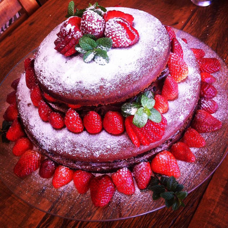 Menu de Baco – Naked Cake de Brigadeiro com Morangos